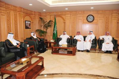 معالي وزير الصحة يستقبل أطفال 14-4-2012.jpg