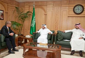 معالي وزير الصحة يلتقي السفير 2012-04-21-011.jpg